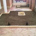 Rellenamos con tierra vegetal y le tapamos las arquetas de registro con el mismo bordillo que tenía en el perímetro.