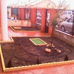 Le instalamos el riego por goteo y tapamos las arquetas con un césped artificial.